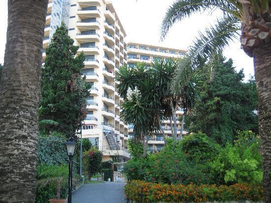 Hi! Gardenia Park Hotel: Vista del Hotel y Jardín desde el acceso a la playa
