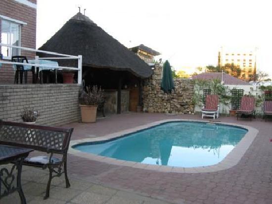Hotel Pension Uhland : La pensione e la piscina