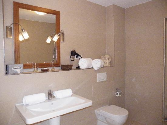 Ampervilla Hotel: Großes Bad mit liebevollen Details