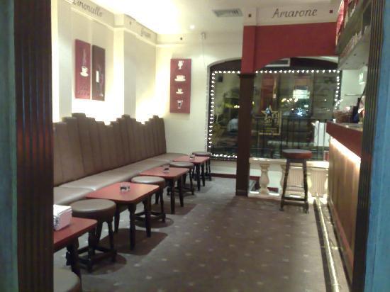 La Fontana Italian Restaurant: Bar area