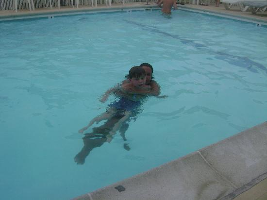 Maridel Motel: kiddos enjoying the maridel pool