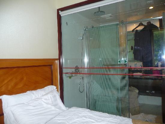 Huanghai Hotel: bathroom - as seen from bedroom!!!