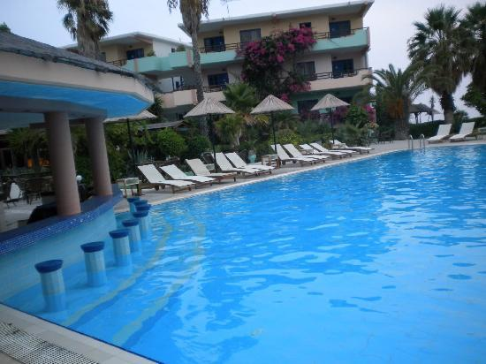 Area Blue Beach Hotel: Pool & pool bar