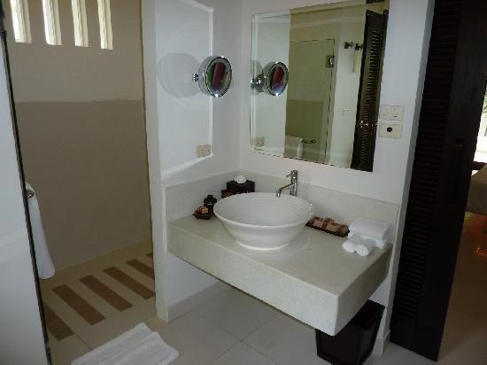 Salle de bain lavabo et douche int rieure photo de - Lavabo encastrable salle de bain ...