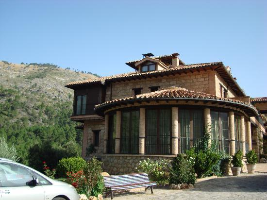 Hotel Coto del Valle: Août 2010 - Front of the Hotel (Bar inside)