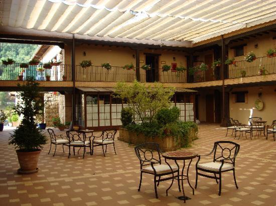 Hotel Coto del Valle: Août 2010 - Patio (Rooms area)