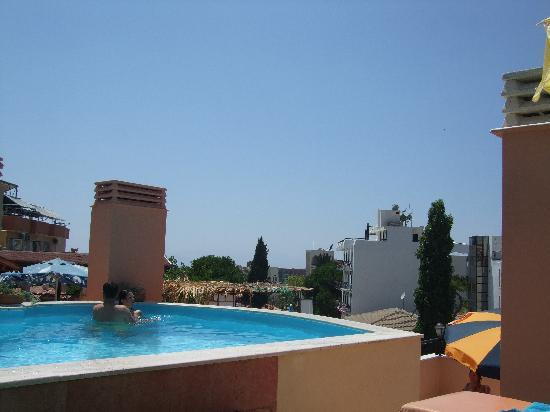 Rosy Pension Hotel: Rooftop pool