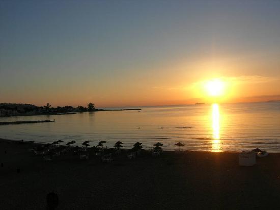 Palm Hotel : Coucher de soleil sur la plage devant l'hôtel
