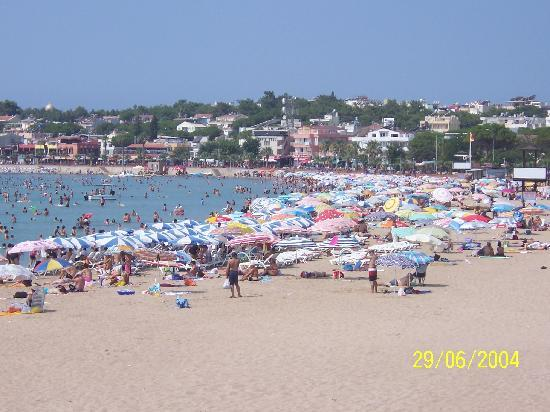 Royal Marina Apartments: Beaches were packed when Turkish Holiday here.
