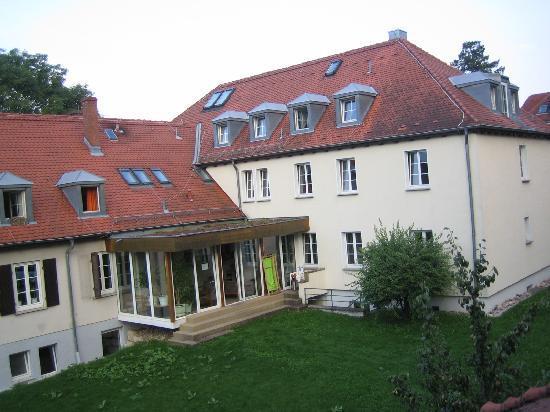 Jugendgästehaus Stuttgart: Das Haupthaus von unserem Zimmer aus photographiert.