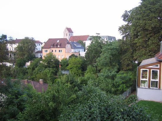 Youth Guest House Stuttgart: Und die Aussicht - rechts ist noch der Wintergarten vom Frühstücksraum zu sehen.
