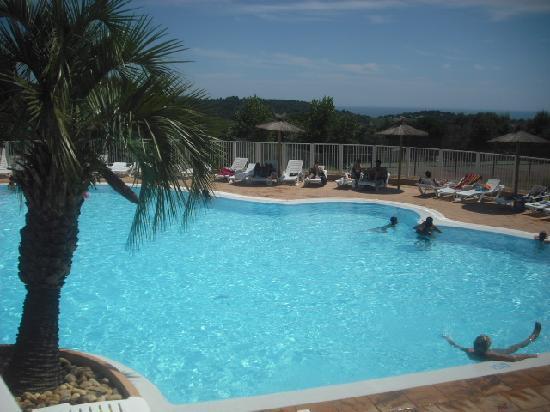 La Croix-Valmer, Frankrike: la piscine vue du snack, la mer au loin