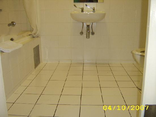 Protea Hotel by Marriott Midrand Samrand: bathroom for those who need to know wheelchair access.