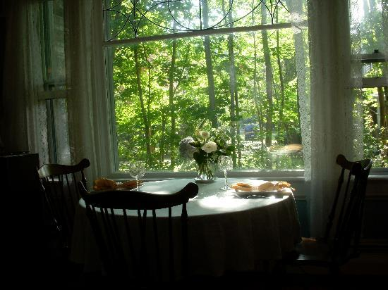 Stone's Throw Inn: breakfast in the dining room...