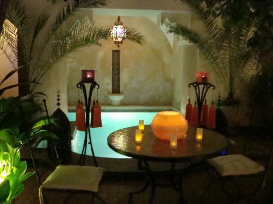 Riad Dar Dialkoum : la piscine le soir