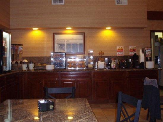 BEST WESTERN PLUS Forest Park Inn: Breakfast Room Buffet