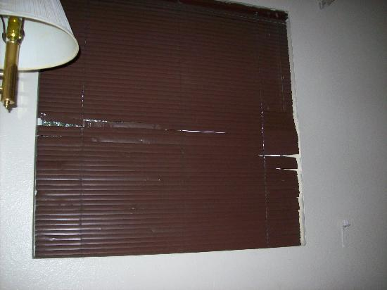 Americana Inn - Route 66: Damaged metal blinds.