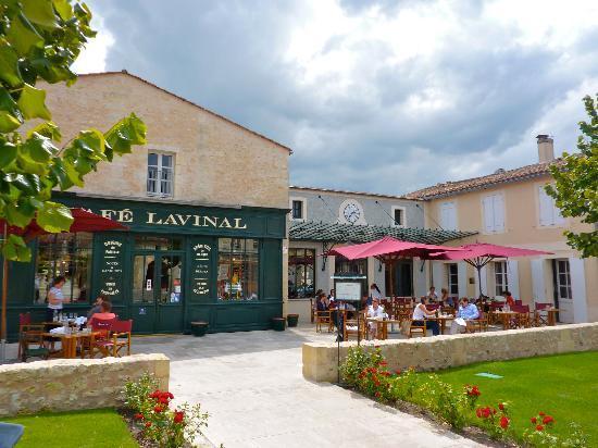 Cafe lavinal entrance and patio photo de cafe lavinal for Le village du meuble bordeaux