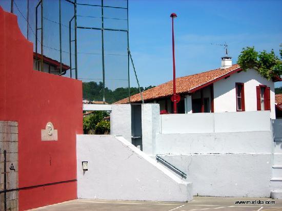 Chambre d'hotes Muriska : Chambre d'hôtes Muriska Vue depuis le fronton de pelote au coeur du village
