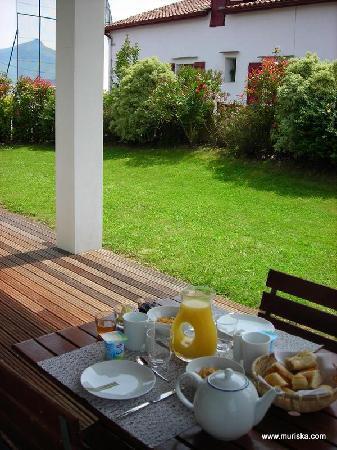 Chambre d'hotes Muriska : Chambre d'hôtes Muriska Petit-déjeuner servi sur la terrasse