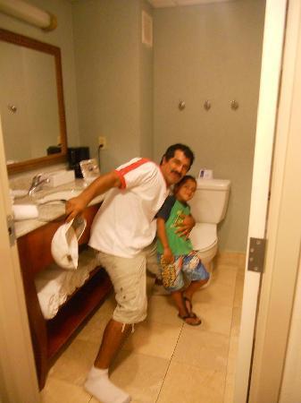 Hampton Inn by Hilton Tampico Aeropuerto : Hampton bath