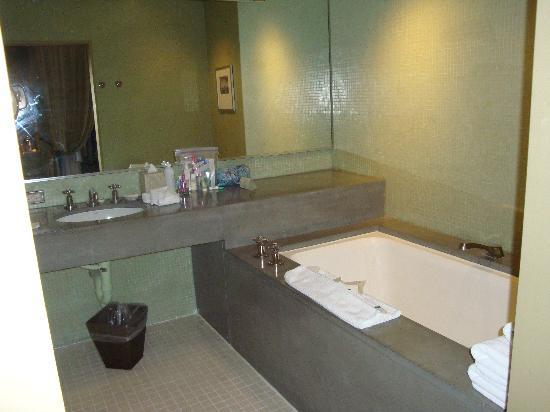 Hotel Healdsburg: Cold Sterile Bathroom