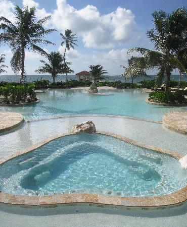 Coco Beach Resort: Jacuzzi and front pool