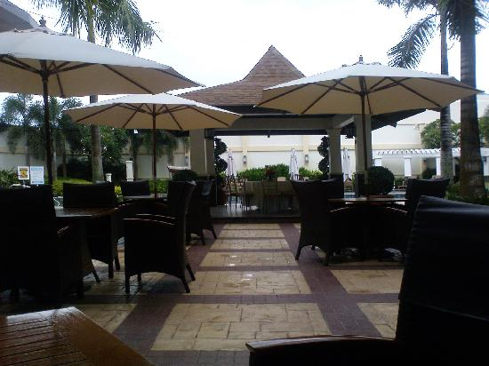 The Avenue Plaza Hotel: Outside dining by the pool