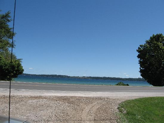 Anchor Inn on the Bay: View from lot to beach