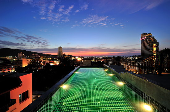 APK Resort & Spa: Rooftop swimming pool at night