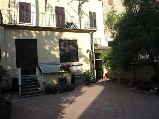 Salerno Hotel: Back patio