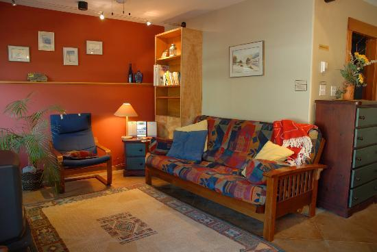 Mistiso's Place Vacation Rentals: Silverking Guest Suite living room
