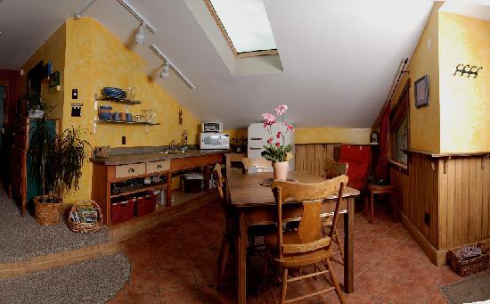 Mistiso's Place Vacation Rentals: Kokanee Guest Suite Kitchen/ Dining Room