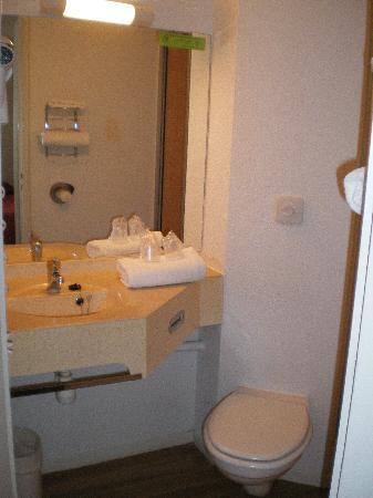Premiere Classe Troyes - La Chapelle Saint Luc : Grande salle de bain