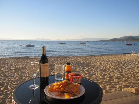 Tahoe Lakeshore Lodge and Spa: Apéritif in the evening sun