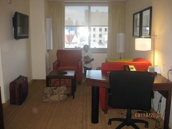 Residence Inn Norfolk Downtown: living room w/ pull out couch