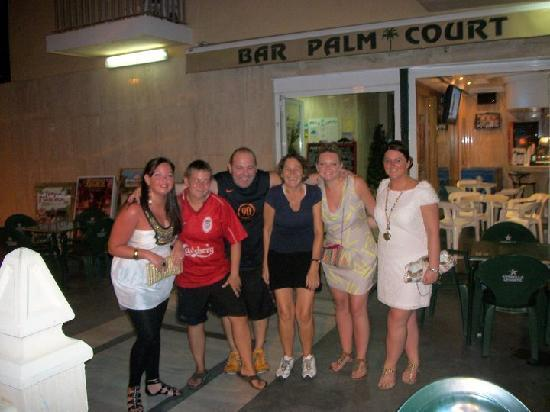 Palm Court Apartments: bar staff