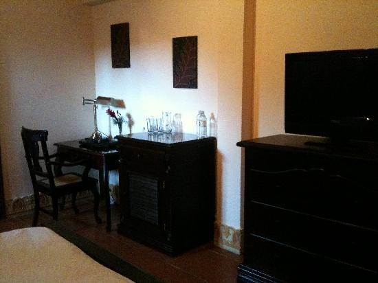 Hotel Plaza Colon : Room - view of desk and TV