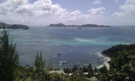 Hotel L'Archipel: Vue panoramique, île Curieuse au loin