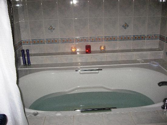 Keltic Quay Bayfront Lodge: 2 person whirlpool tub - top notch!