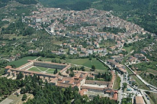 Vista aerea: Padula e la Certosa di San Lorenzo
