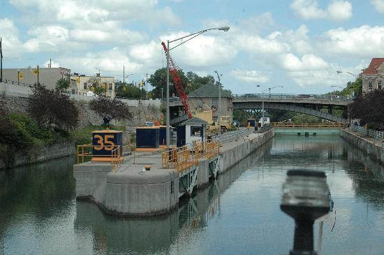 Lockport, Nova York: Approaching the locks from the Buffalo side.