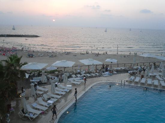 Daniel Herzliya Hotel: pool and beach view from our room