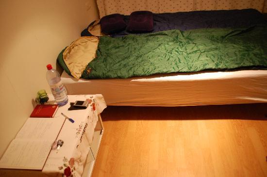 Holmur Guesthouse: letto con i nostri sacchi a pelo...e comodino!