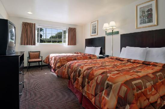 Super 8 Monterey: Two Queen Beds Room