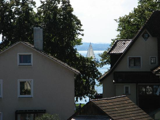 Meschenmoser: View to the lake through the houses and trees