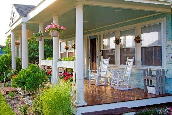 Inn at Lewis Bay: Relax on our Rocking Chair front Porch with Ocean breezes