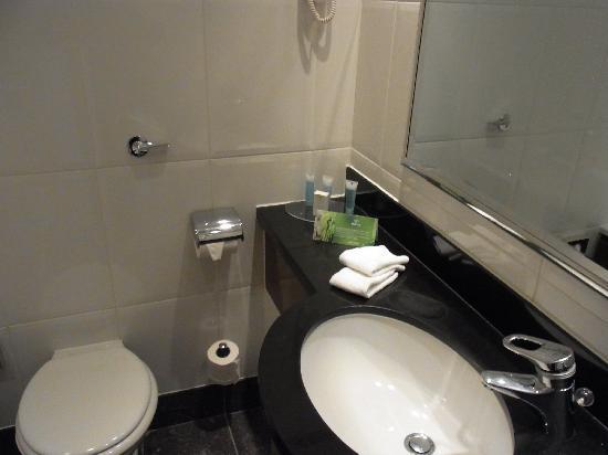 Hilton Glasgow Grosvenor Hotel: 高級感のある水周りその1です。