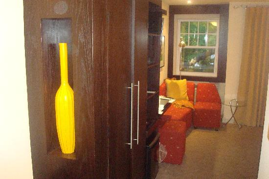Shaw Club Hotel: The Room