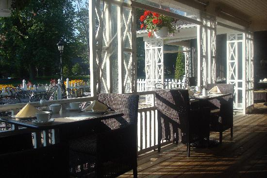 Shaw Club Hotel : The Patio at Zee's Restaurant